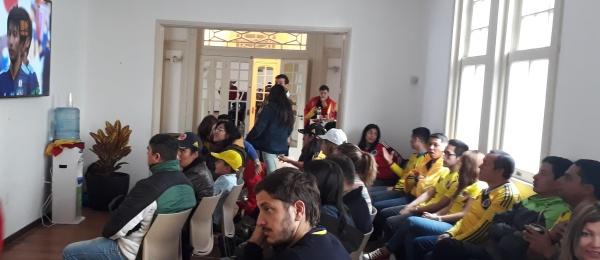 Los colombianos residentes en Uruguay se reúnen en la sede de la Embajada en Montevideo para ver el partido de Colombia contra Japón